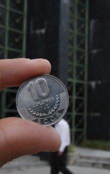 EFE/MEX ACAN SJS04 - SAN JOSÉ (COSTA RICA), 04/07/06.- Miembros del Banco Central de Costa Rica presentan hoy, martes 4 de julio, las nuevas monedas de 5 y 10 colones que pondrán en circulación en los próximos días y que están hechas con un diseño especial pensado para los invidentes. EFE/Jeffrey Arguedas